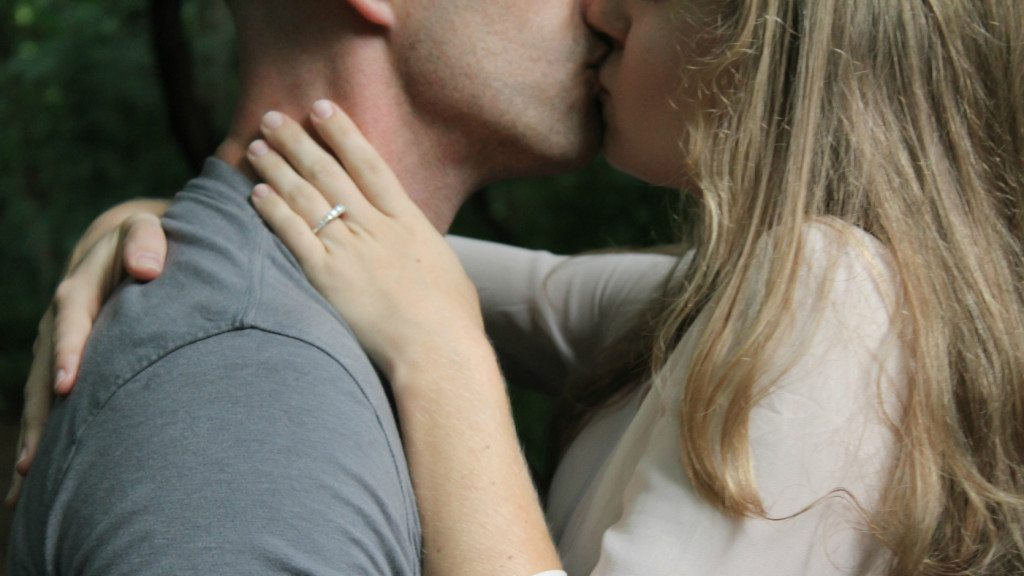 csókolózás közben hogyan lehet megtudni, hogy a férje társkereső oldalon van-e