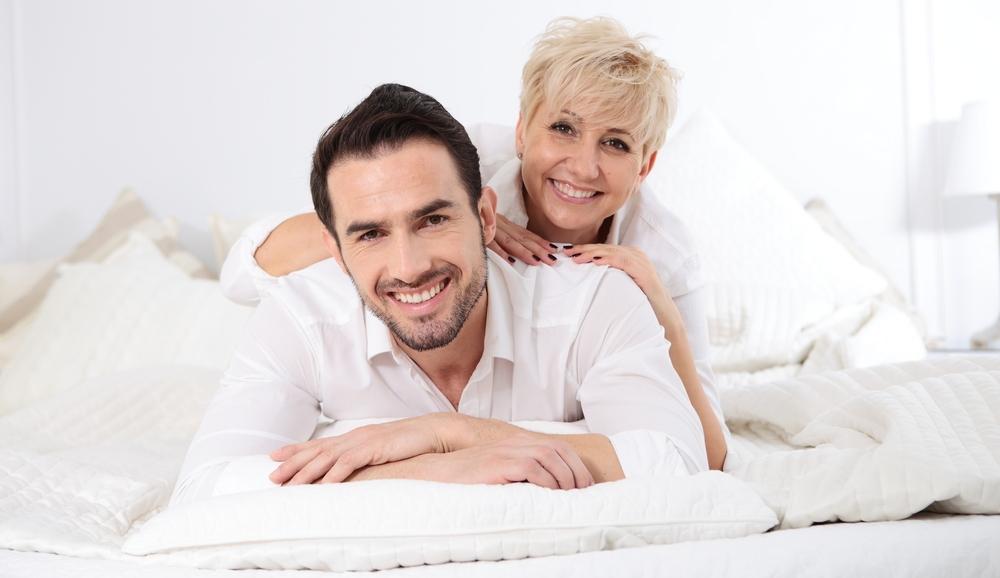 Miért vonzódnak a fiatalabb férfiak idősebb nőkhöz? A pszichológust kérdeztük - Kapcsolat | Femina