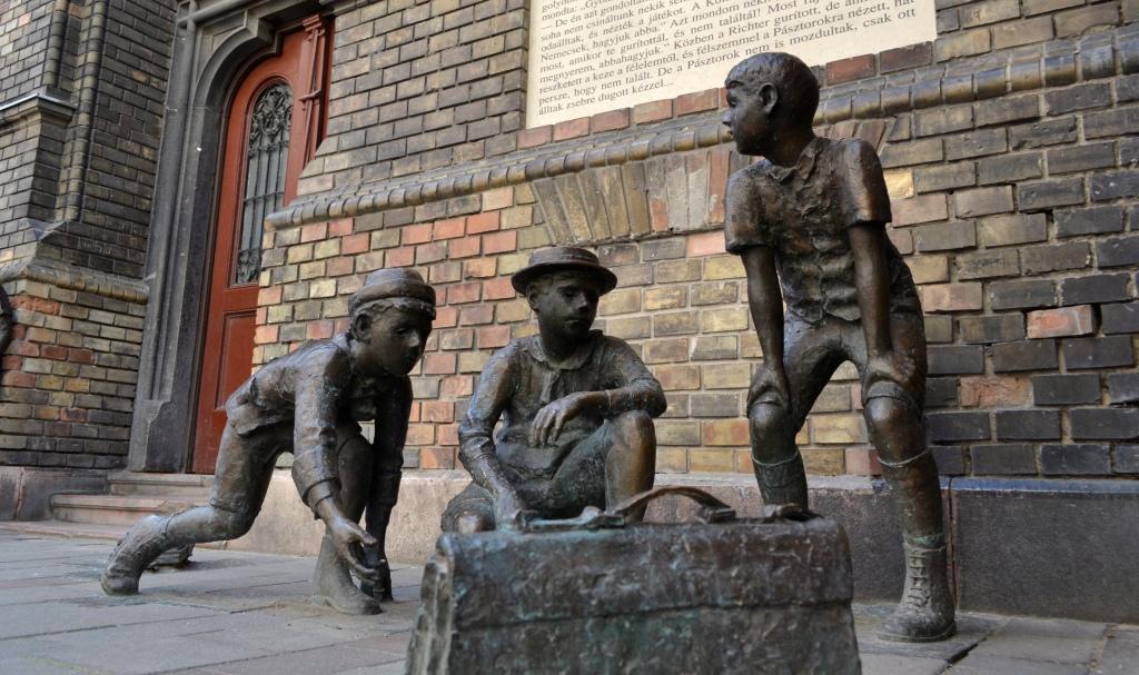 A Pál utcai fiúk szoborcsoport a VIII. kerületi Práter utcai általános iskola előtt, pedig a filmet nem is itt forgattál Fotó: MTVA/Róka László