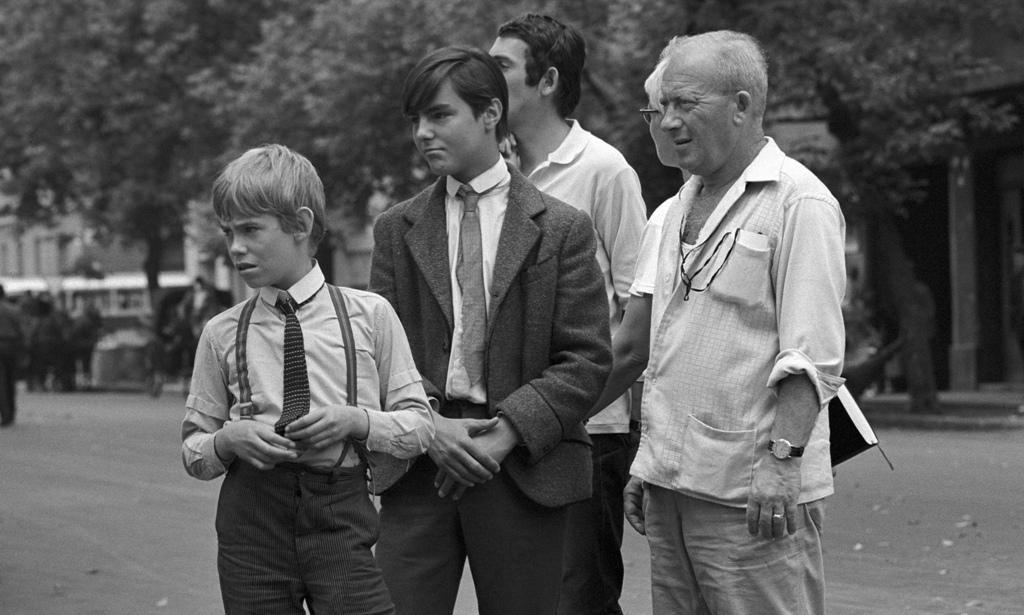 A Nemecseket alakító Anthony Kemp és a Bokát megszemélyesítő William Burleigh gyerekszínészek Illés György operatőr rendezői instrukcióra várnak, 1968-ban a film forgatásakor. Fotó: MTI/Patkó Klári